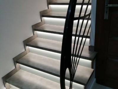 biało czarne schody