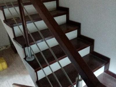 brązowo białe schody